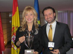Dr. Román junto a la periodista Teresa Viejo